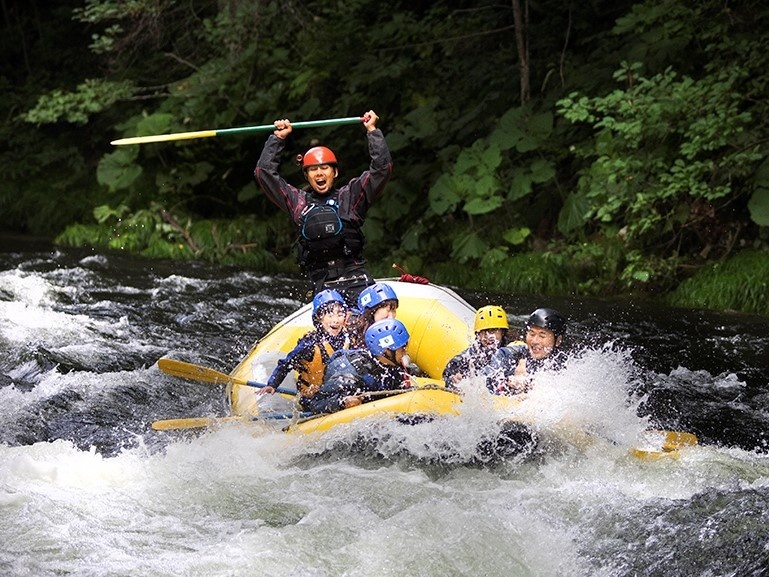 photo by 《澄み渡る清流・シーソラプチ川で迫力満点のラフティングが楽しめる!》 スプラッシュラフティング(北海道・富良野・美瑛・トマム)|そとあそび