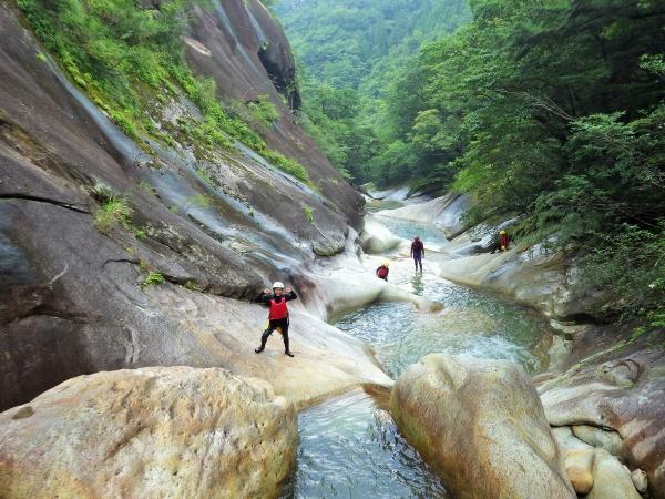 photo by 【連続する滝と丸いプールの渓谷美!アクティブに遊びつくす!】藤河内渓谷キャニオニングコース(大分県・湯布院)|そとあそび