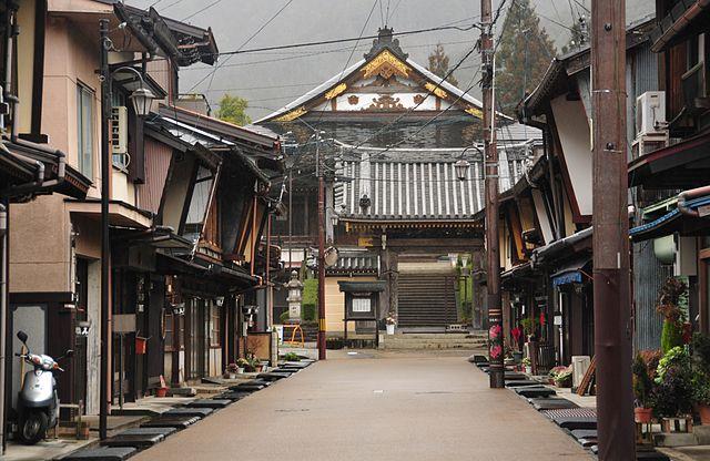 photo by Gujo-shi Gujo-hachiman kitamachi, Gifu, castle town - 重要伝統的建造物群保存地区 - Wikipedia
