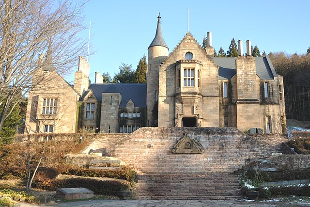 640px-Marble_Village_Lockheart_Castle,_Lockheart_Castle_exterior_and_steps,_in_2009-12-26