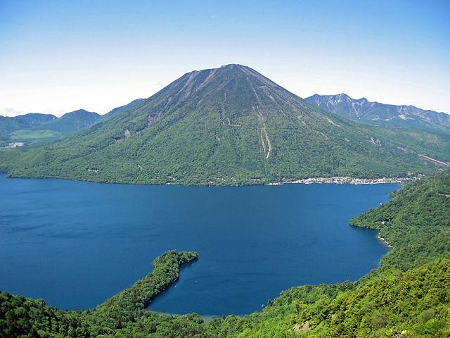 640px-Mount_nantai_and_lake_chuzenji