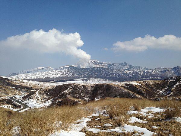 Mount_Nakadake_from_East_Hill_of_Kusasenrigahama