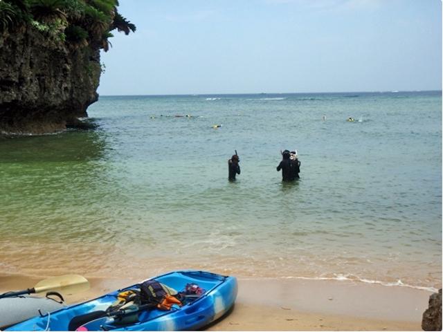 腰高の水位でシュノーケリングの練習!photo by そとあそび