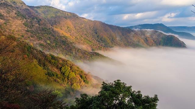 photo by 無料の写真: 日本, 熊本, 阿蘇, 雲, 外輪山, 光, 紅葉, 山, 森 - Pixabayの無料画像 - 542411
