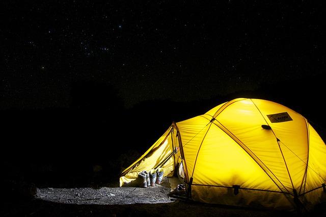 photo by 無料の写真: テント, キャンプ, 夜, スター, 遠征, ドーム型テント, 黄色 - Pixabayの無料画像 - 548022